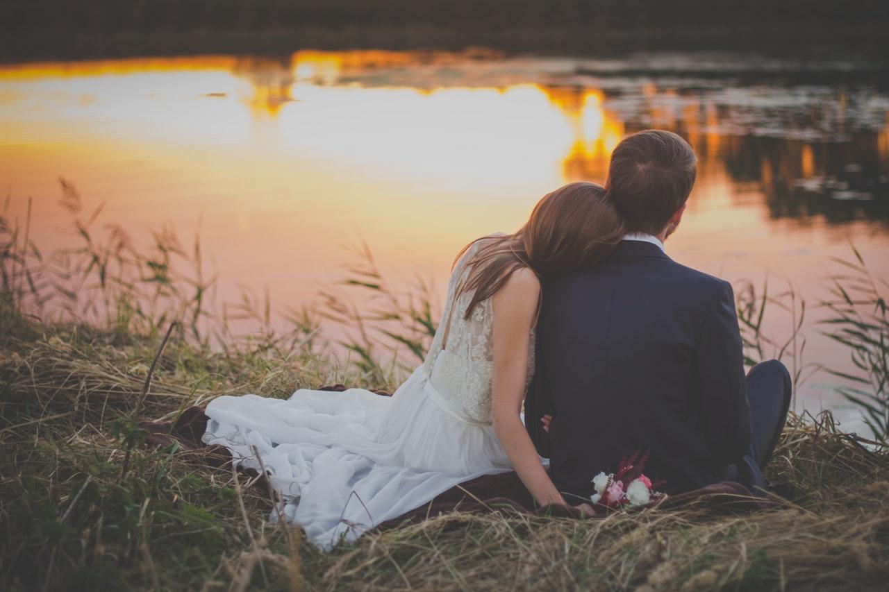 Kärlekspar i solnedgången